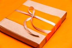 特写镜头橙色礼物盒 免版税库存图片
