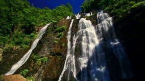 特写镜头泡沫似的山河瀑布小瀑布在热带 股票录像