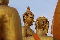 特写镜头泰国寺庙的金黄菩萨 免版税库存照片