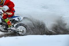 特写镜头从浪花土和雪下面的轮子摩托车 免版税库存照片