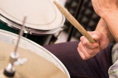 特写镜头演奏鼓的被射击音乐家 免版税库存图片