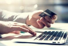 特写镜头照片商人与普通设计笔记本一起使用 网上付款,手键盘 被弄脏的背景 免版税库存图片