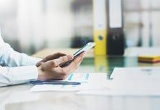 特写镜头照片工作新的起始的项目现代办公室的帐户经理 举行女性手和接触的当代智能手机 免版税库存图片