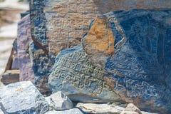 特写镜头照片Autentic凹道石头Buddist标志和佛经 水平 尼泊尔旅行Trakking 库存照片