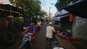 特写镜头照相机沿狭窄的肮脏的镇街道移动在早晨 股票录像