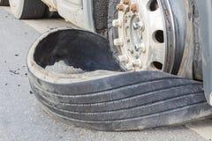 特写镜头由高速公路str损坏了18个轮车半卡车爆炸轮胎 库存图片