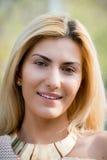 特写镜头白肤金发妇女微笑 图库摄影