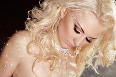 特写镜头白肤金发的性感的女孩式样佩带在闪光的水晶wi 免版税库存照片
