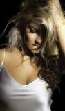 特写镜头白肤金发的拉提纳手头发白色衬衣 免版税图库摄影