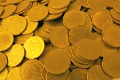 特写镜头硬币保存与堆金钱硬币的金钱概念为增长 免版税图库摄影