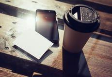 特写镜头空白的白色名片大模型背景 智能手机高织地不很细木表拿走咖啡杯咖啡馆 工作 图库摄影