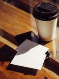 特写镜头空的白色名片 大模型 手机高织地不很细木表拿走咖啡杯 工作现代办公室 库存图片