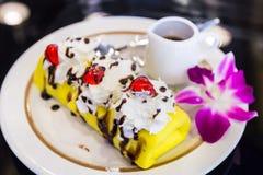 特写镜头绉纱蛋糕香蕉用巧克力和红色果冻 免版税库存图片