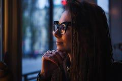 特写镜头年轻美丽的妇女面孔画象猫` s眼睛玻璃的在咖啡馆 浪漫概念 库存图片