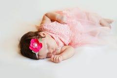 特写镜头美丽的睡觉的女婴 新出生,睡着在毯子 画象,两个月,佩带大 图库摄影
