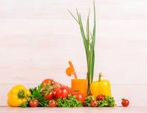 特写镜头美丽的菜 在明亮的背景的沙拉 汁液站立在蕃茄,莴苣,胡椒旁边的杯 库存图片