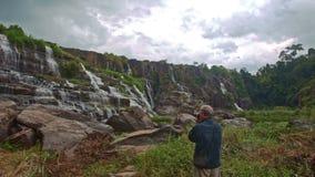 特写镜头老人照片瀑布小瀑布Panagarh 股票视频