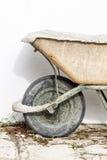 特写镜头老泥泞的庭院独轮车 免版税图库摄影