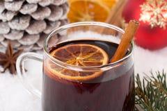 特写镜头仔细考虑了在圣诞节的酒在冬天与锡的酒精饮料 免版税库存照片