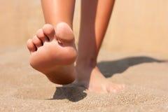 特写镜头脚在海滩夏天 免版税库存图片