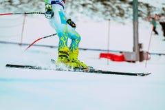 特写镜头脚在雪以后结束浪花的女孩滑雪者在俄国杯期间的在高山滑雪 免版税图库摄影
