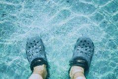 特写镜头脚在水中 库存图片