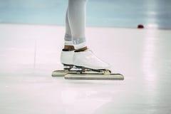 特写镜头脚女孩速度溜冰者 库存图片