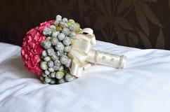在枕头的婚礼花束 免版税库存图片