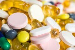 特写镜头药、药片和胶囊在胶囊和片剂在白色背景 免版税库存图片