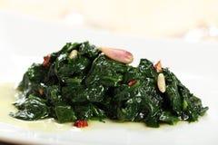 在平底锅烹调的菠菜 免版税库存图片