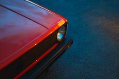 特写镜头被射击一辆红色老葡萄酒汽车的顶头灯 库存照片