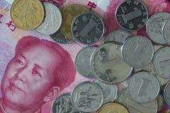 特写镜头被射击瓷钞票和硬币 免版税库存图片