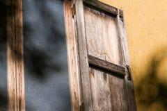 特写镜头被打开的木窗口 免版税库存图片