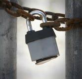 特写镜头被放弃的工厂上锁的门 库存图片