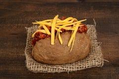 特写镜头被烘烤的土豆用辣椒和乳酪 库存图片