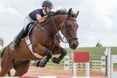 特写镜头视图女骑士跳跃 图库摄影