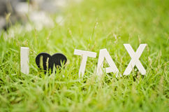 特写镜头视图白色木字母表我爱税 黑爱标志o 免版税库存照片