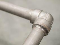 特写镜头详述在不锈的管道的封印焊接处气体的 免版税图库摄影