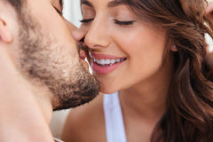 特写镜头画象两对恋人夫妇亲吻 图库摄影