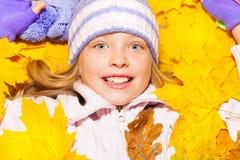 特写镜头画象在秋天槭树的女孩位置离开 免版税库存照片