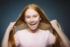 特写镜头画象成功的愉快的女孩灰色背景 免版税库存照片