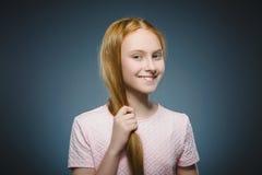 特写镜头画象成功的愉快的女孩隔绝了灰色背景 免版税库存图片