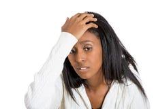 特写镜头画象注重了有拿着头的头疼的妇女 库存照片