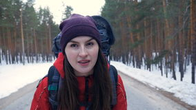 特写镜头 年轻走在一条空的路的远足者女性背包 慢的行动 股票录像