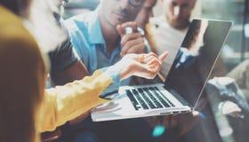 特写镜头起始的变化配合激发灵感会议概念 企业队工友分析战略膝上型计算机过程 库存照片