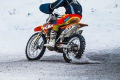 特写镜头车手在多雪的摩托车越野赛轨道的人摩托车 库存图片