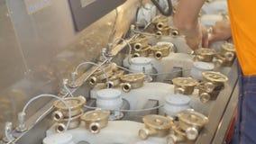 特写镜头金属和塑料米零件和工作者投入细节 影视素材