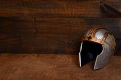 特写镜头银和金战士盔甲 免版税库存图片