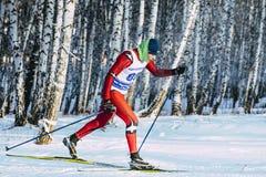 特写镜头滑雪者运动员冬天桦树森林在经典样式的短跑种族 免版税库存图片