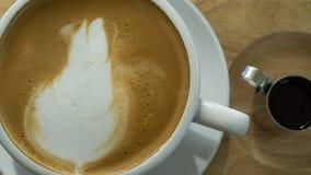 特写镜头顶视图在桌上的咖啡杯在咖啡s的早晨 免版税库存照片